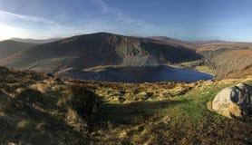 Озеро в долине горы стоковое фото rf