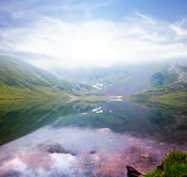 Озеро в долине туманной горы Стоковые Изображения RF