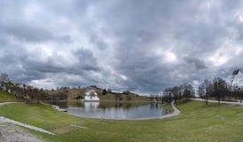 Озеро в парке Olimpic в Мюнхене Стоковые Фотографии RF