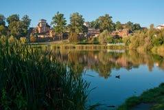 Озеро в предыдущем парке осени около жилых домов Стоковое Фото