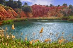 Озеро в старом карьере ` s боксита в Apulia, Otranto, Salento, Италии стоковая фотография rf