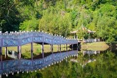 Озеро в тропической зоне на воде после полудня рефлекторной с павильоном в Таиланде Стоковое Фото