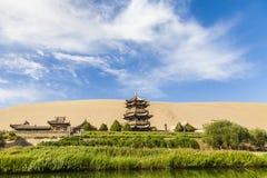 Озеро Ганьсу Дуньхуан серповидные и гора Mingsha , Китай стоковое изображение