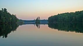 Озеро глуш на сумраке стоковое изображение rf