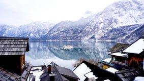 Озеро, гора, деревня и жизнь в Hallstatt Стоковое Изображение RF