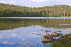 Озеро гористая местность с рыбацкой лодкой Стоковые Изображения RF