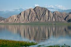 Озеро горы гористой местности Toktogul в Kyrgyzstan стоковое изображение