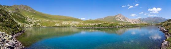 Озеро горы панорамы в Альпах Стоковые Изображения RF