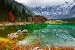 Озеро горы Fusine Lago di Fusine озера в северной Италии стоковое изображение rf