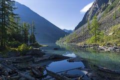 Озеро гор в предыдущем солнечном утре лета стоковая фотография rf