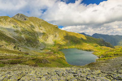 Озеро гор и летнее время в горах, озеро Capra, горы Fagaras, Карпаты, Румыния Стоковое фото RF