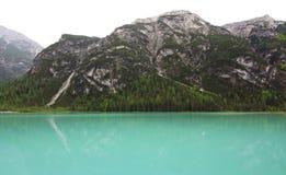 Озеро гор и сторона горы в горных вершинах (доломиты) Стоковые Изображения RF