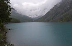 Озеро гор на дождливый день Altai, Россия стоковое изображение rf