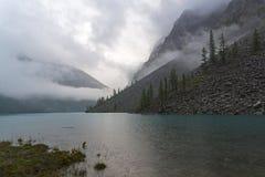 Озеро гор на дождливый день Altai, Россия стоковые фотографии rf
