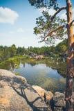Озеро гор на заднем плане гор и неба Стоковые Изображения