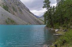 Озеро гор на пасмурный день Altai, Россия стоковое изображение