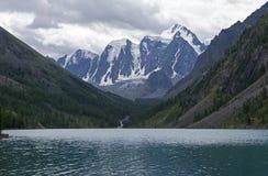 Озеро гор на пасмурный день Altai, Россия стоковая фотография rf