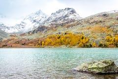Озеро гор на солнечный день Погода осени в горах стоковые изображения rf