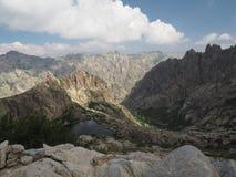 Озеро гор на спиковых пиках стоковая фотография rf
