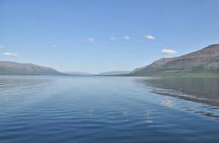 Озеро гор на ясном утре Стоковое Изображение