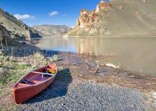 Озеро гор при приставанная к берегу шлюпка Стоковое Фото