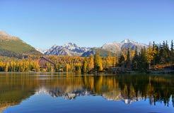 Озеро гор, сценарный ландшафт, цвета осени Стоковые Изображения RF