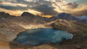 Озеро гор с отражением на ровной воде, timelapse от дня к почти