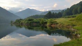 Озеро гор с отражением пиков Стоковое фото RF