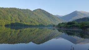 Озеро гор с отражением пиков Стоковые Фотографии RF
