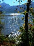 Озеро гор с отражениями и горами солнца на заднем плане Стоковая Фотография RF