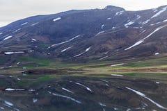 Озеро гор с плавя снегом Стоковое Фото