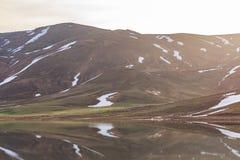 Озеро гор с плавя снегом Стоковое Изображение