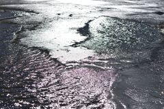 Озеро гор холодное отражая лучи солнечного света, иногда покрываемые с льдом стоковое изображение