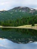 Озеро глубоко в горах Стоковое Фото