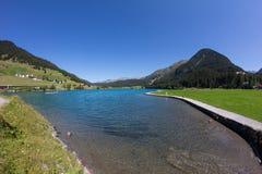 Озеро Давос в ¼ Graubà nden взгляд Швейцарии в лете Стоковые Изображения