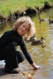 озеро девушки немногая близкое усаживание стоковое фото