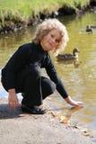 озеро девушки немногая близкое усаживание Стоковые Фото