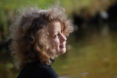 озеро девушки немногая близкое усаживание Стоковые Фотографии RF