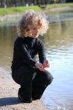 озеро девушки немногая близкое усаживание Стоковое фото RF