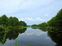 Озеро, деревья и красивое чистое небо, Литва Стоковые Изображения RF