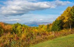 Озеро Джордж устроенное удобно в горах и листопаде стоковые фото