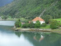 озеро дома ближайше стоковая фотография