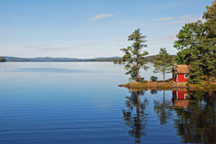 озеро дома отразило сценарное Стоковые Фото