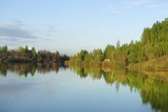 Озеро лес перед заходом солнца Стоковые Изображения