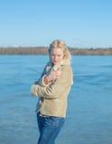 Озеро закрыто от ветра красивой девушкой стоковая фотография
