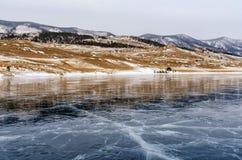 озеро замерли baikal, котор Отражение горы поверхность льда на морозный день Естественная предпосылка Стоковое Фото