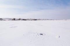 Озеро замерли зимой, который Стоковые Изображения RF