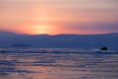 озеро замерли baikal, котор Заход солнца Автомобиль Стоковые Фотографии RF