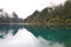 Озеро зеркал в национальном парке Jiuzhaigou Сычуань Китая Стоковые Изображения RF
