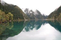 Озеро зеркал в национальном парке Jiuzhaigou Сычуань Китая Стоковые Фотографии RF